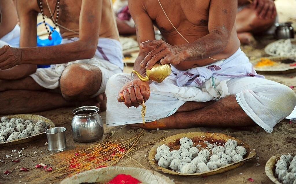 Person conducting Pind daan ritual in Mukteshwar Braj Ghat at Garh Ganga